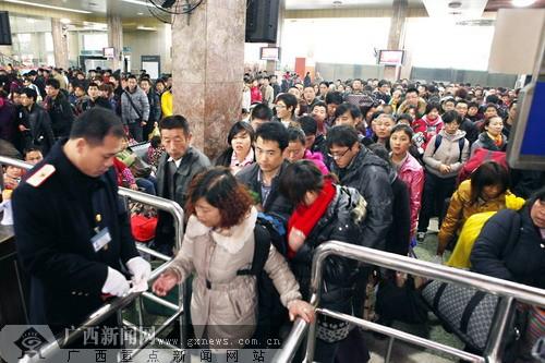 1月19日,是春运第一天,记者从南宁火车站,各大汽车站,南宁飞机场了解