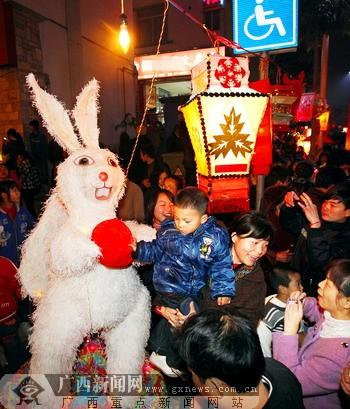 菠萝岭社区里人们在与玉兔造型花灯合影留恋.记者 徐天保 何学俏 摄