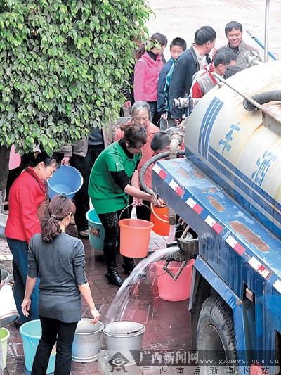 居民提水桶接水
