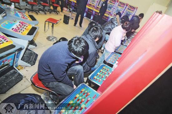 """涉赌人员躲避记者镜头 广西新闻网讯(记者 黄有宁 文/图)7日晚,南宁市公安局邕武派出所对辖区的赌博游戏机室进行查处,缴获一批赌博游戏机,抓获一批涉赌人员。在这次行动中,一些曾经遭到警方查处的赌博游戏机室""""死灰复燃""""。赌博游戏机室为何难以根除呢? 在望州南路金桂花园小区门口右侧有一家奶茶店,如果没有人介绍,一般人根本就不可能知道其中的秘密——奶茶店别有洞天,里面暗藏赌博游戏机室。  """"你看这扇门,装得像是墙壁一样。""""记者看到,奶茶店"""