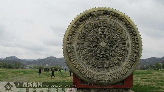 广西新闻网记者 李冬军摄;   三岔河草坪上的超大铜鼓.