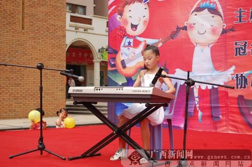 10号黄楠表演电子琴《步步高》.