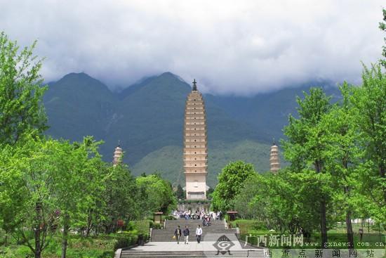 位于云南省大理市崇圣寺内的大理三塔是国内著名的旅游景点.