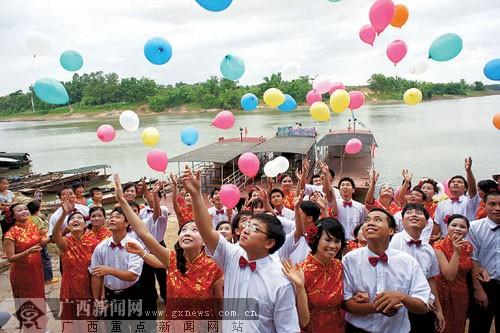 南宁扬美古镇二十对新人共办婚礼 念誓言放生鲤鱼