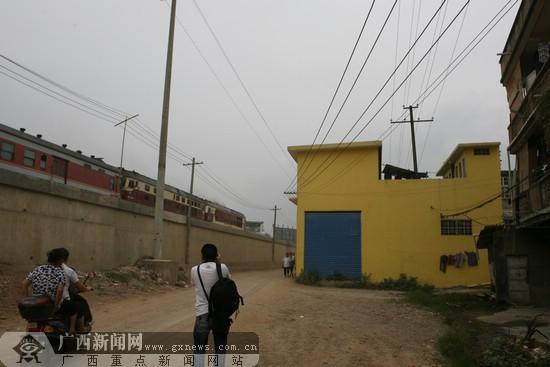 沿着湘桂铁路沿线的东安二巷有一条10kv的高压线