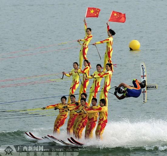 柳州的上空还将开展轮式动力伞飞行表演和水上飞机