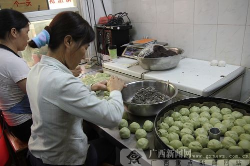 """""""体验南宁""""走进九记伦教糕 品味传统手工糕点"""