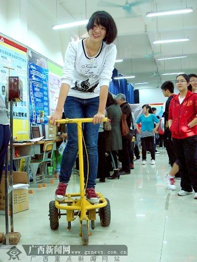 科技创新大赛女生大放异彩 一个个发明独具创意