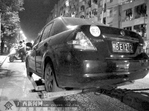 嫌疑车车尾贴着实习的标志.记者陈刚 摄高清图片