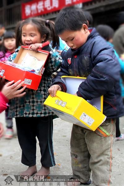 少双双洞图片_赤脚学生照片引关注 冰天雪地不能让孩子再打赤脚---中国文明网