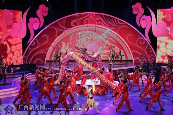 广西新闻网南宁1月18日讯(记者邓昶)铜鼓与汉鼓齐奏,绣球与游龙同
