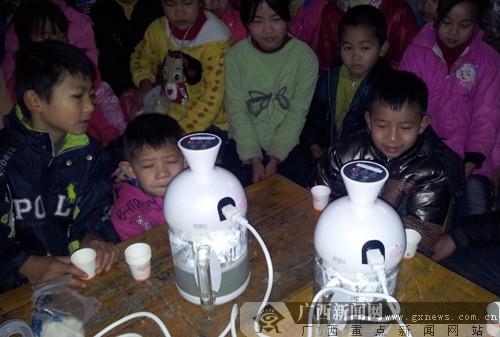己愿者深募化马地脊县白地脊镇玉业小学为孩儿子们做早餐