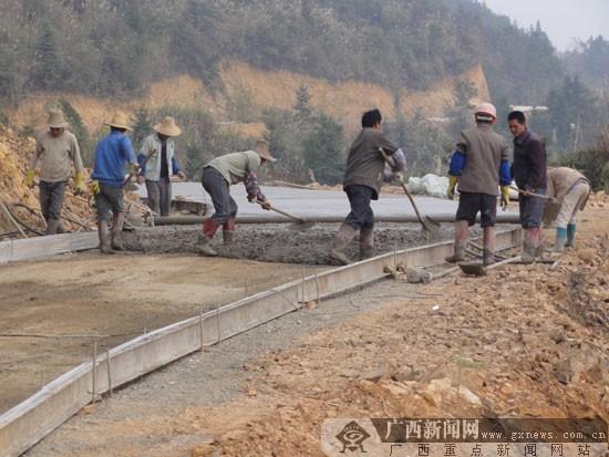 村民自己动手铺水泥路
