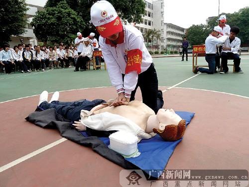 广西红十字会走进校园开展应急演练活动(图)