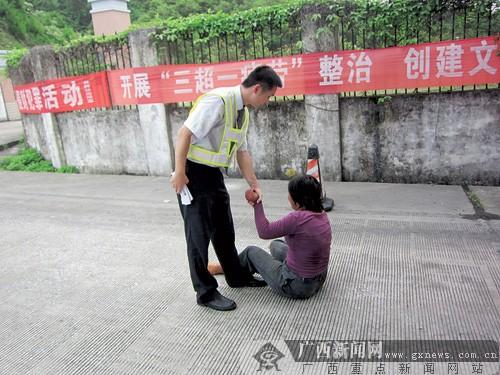 """女子竟在高速路拦车乞讨 碰""""马路乞丐""""切莫施爱心"""