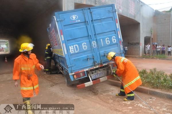 消防人员牵引救援.-货车撞上铁路桥墩一人被困 消防15分钟成功救出