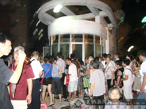 南宁市凤翔路小学学前班报名 上百位家长连夜排队