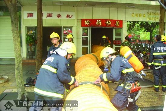 南宁一快餐店起火 火源初步判断在排烟管道里
