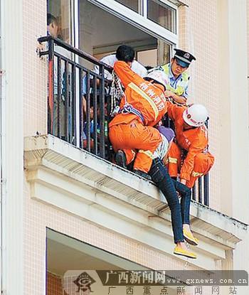 """梧州:欲轻生女子翻出5楼阳台 """"抓手哥""""抓住她的手图片"""