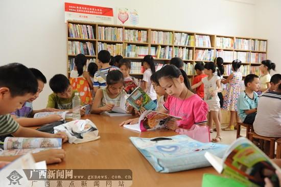 开展献爱心帮扶活动,向该校捐赠人民币2万元,用于学校图书馆的建设