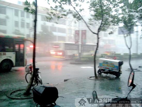 """玉林街道上的狂风骤雨.红豆社区网友 """"香恋""""摄图片"""