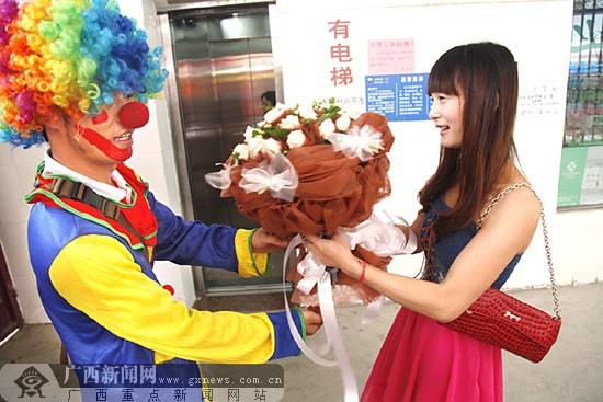 帅哥甘愿自毁形象扮小丑 送花逗人开心月入七八千