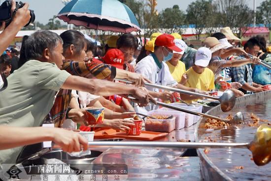 柳州万人同品螺蛳粉场面壮观 大汤锅直径达15米