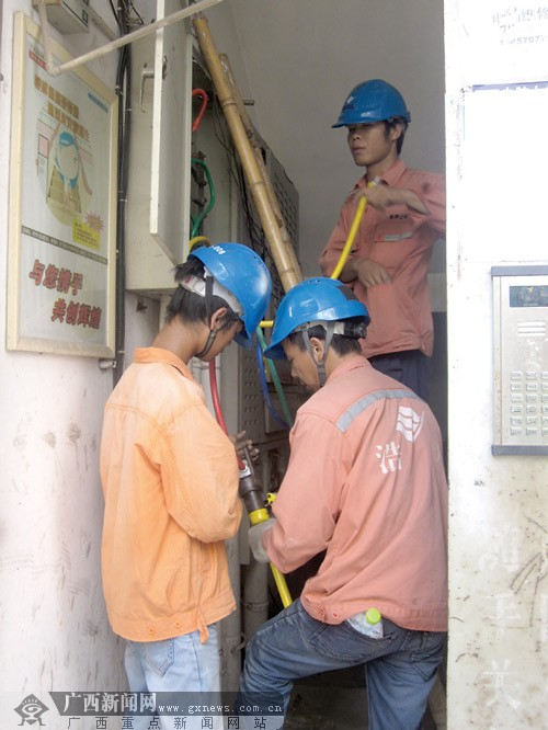 每次一出故障,物业公司就联系供电部门维修,但涉及到费用问题,业主又
