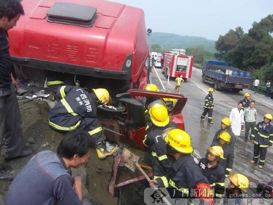 货车自燃连累多车追尾 事发泉南高速公路鹿寨段