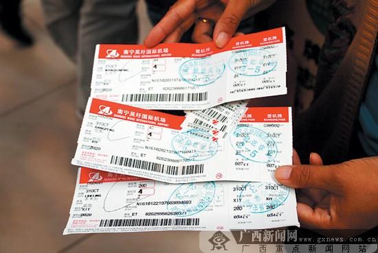 一名乘客拿着延误航班的登记牌等待改签。见习记者 吴际摄 广西新闻网南宁讯(见习记者吴际)10月31日,天津航空公司一架由南宁飞往咸阳的GS6592航班因故延迟起飞。南宁吴圩国际机场及天津航空公司采取措施,对每位乘客赔偿100元。由于部分旅客不满机场和航空公司工作人员的态度,拒绝搭乘11月1日凌晨1时晚点出发的航班,被滞留在机场一夜。   乘客:工作人员态度不好   10月31日晚8时50分,南宁吴圩国际机场响起航班延误的广播,乘坐GS6592航班的乘客也收到了中国民航信息中心发来的短信,告知他们原定当晚