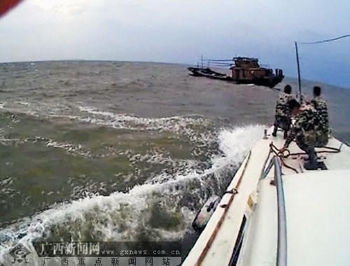 越南渔船在防城港海域遇险 海警施救三名船员脱险