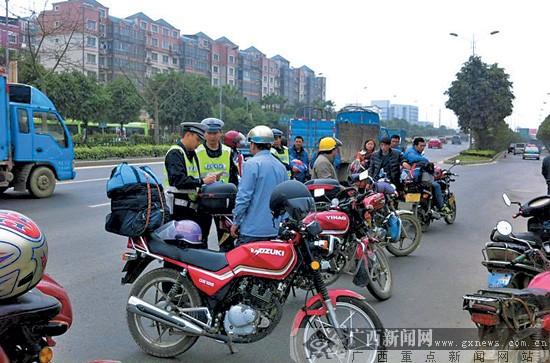 摩托车、电动车频频开进南宁快环主车道交警查
