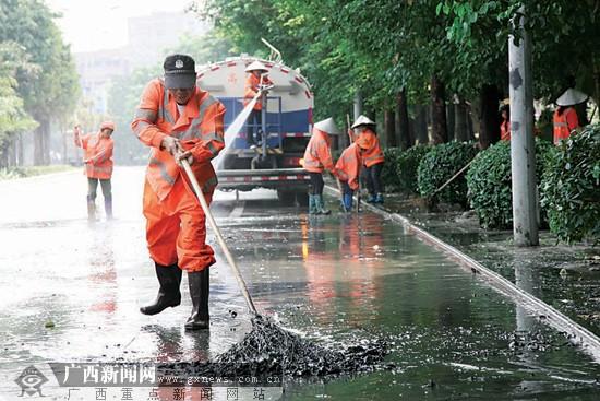 环卫工人清洗北湖立交东段的辅道路面.图片