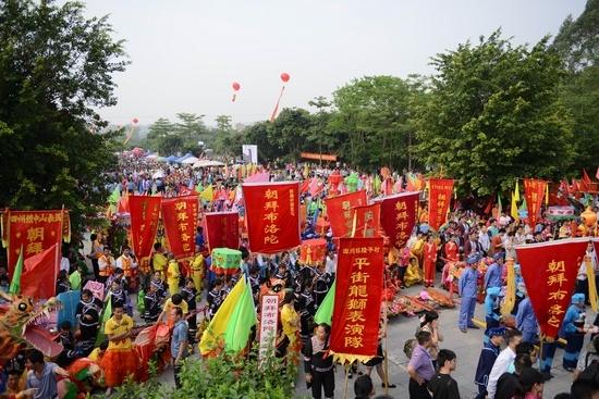 30万民众相聚敢壮山祭拜壮族始祖布洛陀