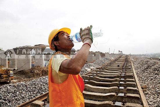 3000多名建设者昼夜施工 只为高铁早日