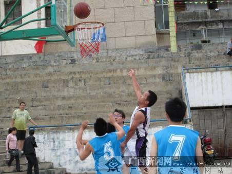"""那坡县国土资源局组织庆""""五一""""职工篮球赛"""