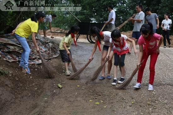 小学生也加入到清洁队伍中.图片