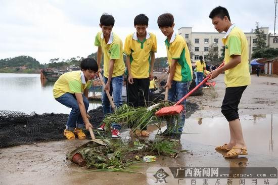 """广西首个临海乡镇启动""""美丽海岸""""清洁工程"""