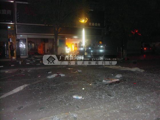 实习生陈凯)13日凌晨,柳州市鹿寨县西闸塘路一家发廊店发生爆炸,随即