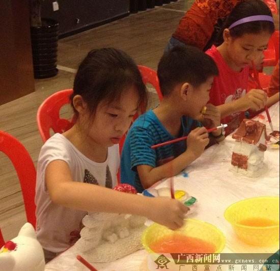 小朋友在玩陶瓷彩绘diy.谢爱华 摄