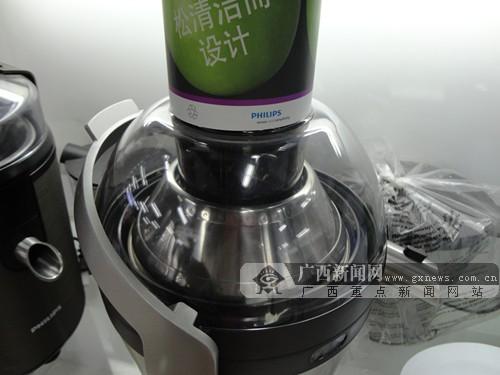这款榨汁机采用无网结构,软性材质收集果渣,一冲即净,结构简单易清洗.