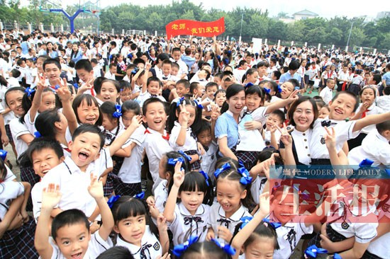 """南宁滨湖路小学倡导学生给老师送""""拥抱礼"""""""