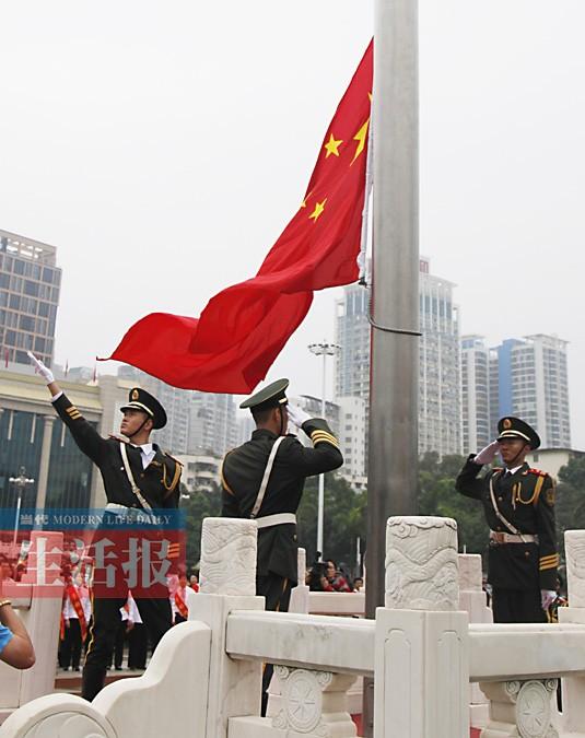 南宁市民族广场举行升国旗仪式 逾千市民冒雨