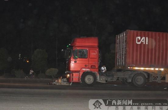 钦州港一摩托车手被货车撞死 摩托车被拖行二十多米