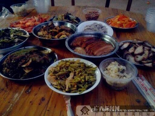 金陵镇丰收节 品尝淳朴的鱼生和柴火糯米饭