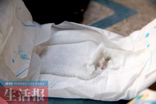 南宁一女生买的卫生巾上有暗红色痕迹对比美女?v女生照片疑似血迹图片