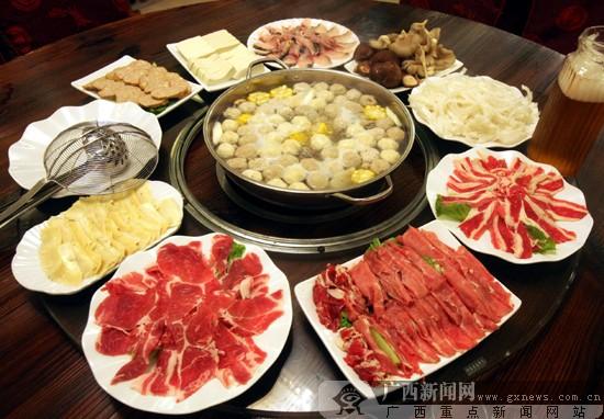 特色带肉牛骨熬汤 港香港式火锅风味独特