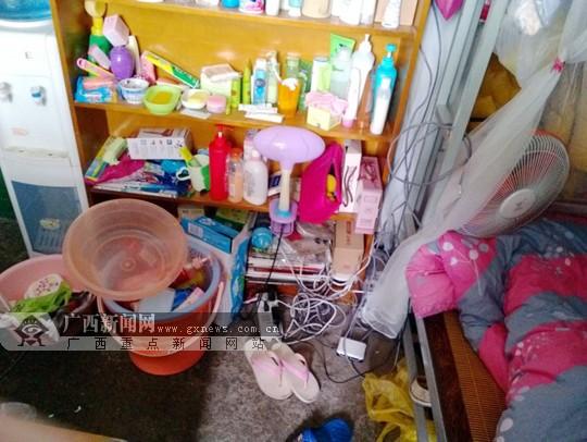 广西大学一学生宿舍内,电线随意搅在一起.图片