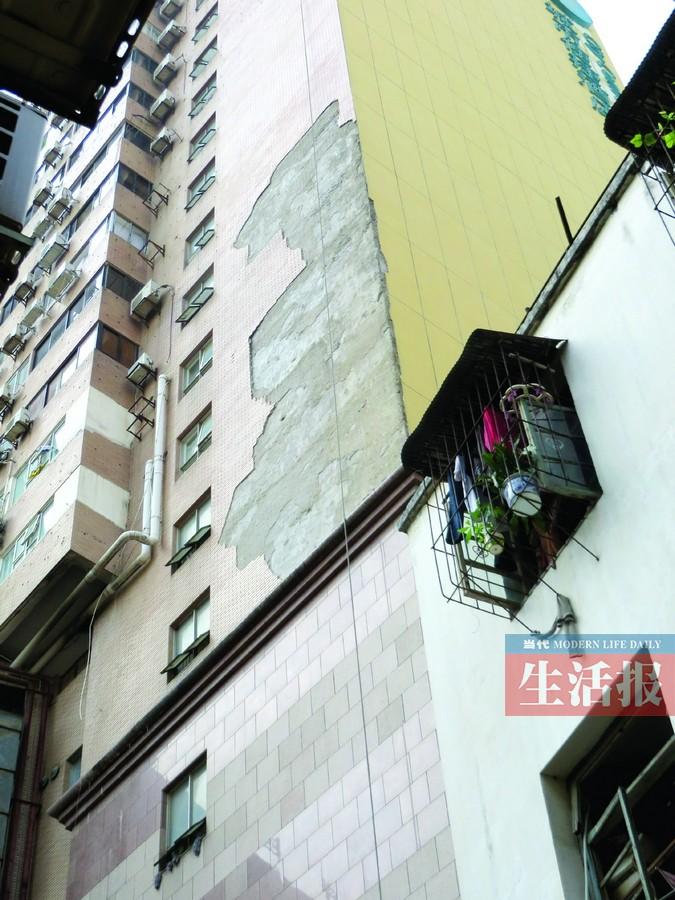 外墙墙砖再次发生掉落,成片的瓷砖从7至10楼纷纷坠下,吓得楼高清图片