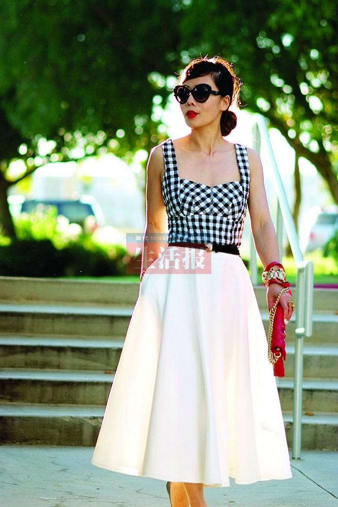 美式风格的格子吊带衣与白色大摆裙搭配
